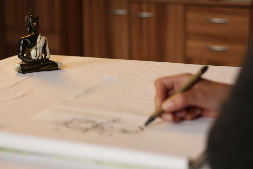 Unscharfe Bildaufnahme einer Frau, die eine Skizze zeichnet.